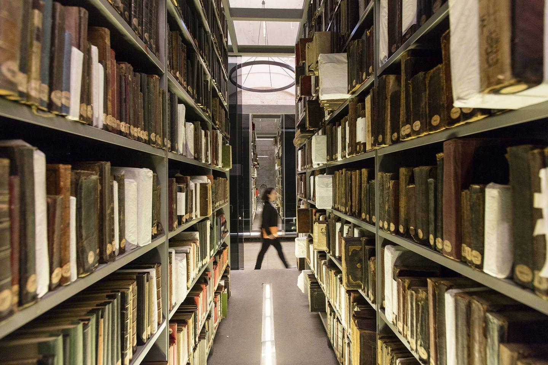 Biblioteca Beyazıt por Tabanlioglu arquitectos, vista de las estanterías desde el exterior. Fotografía © Emre Dörter.