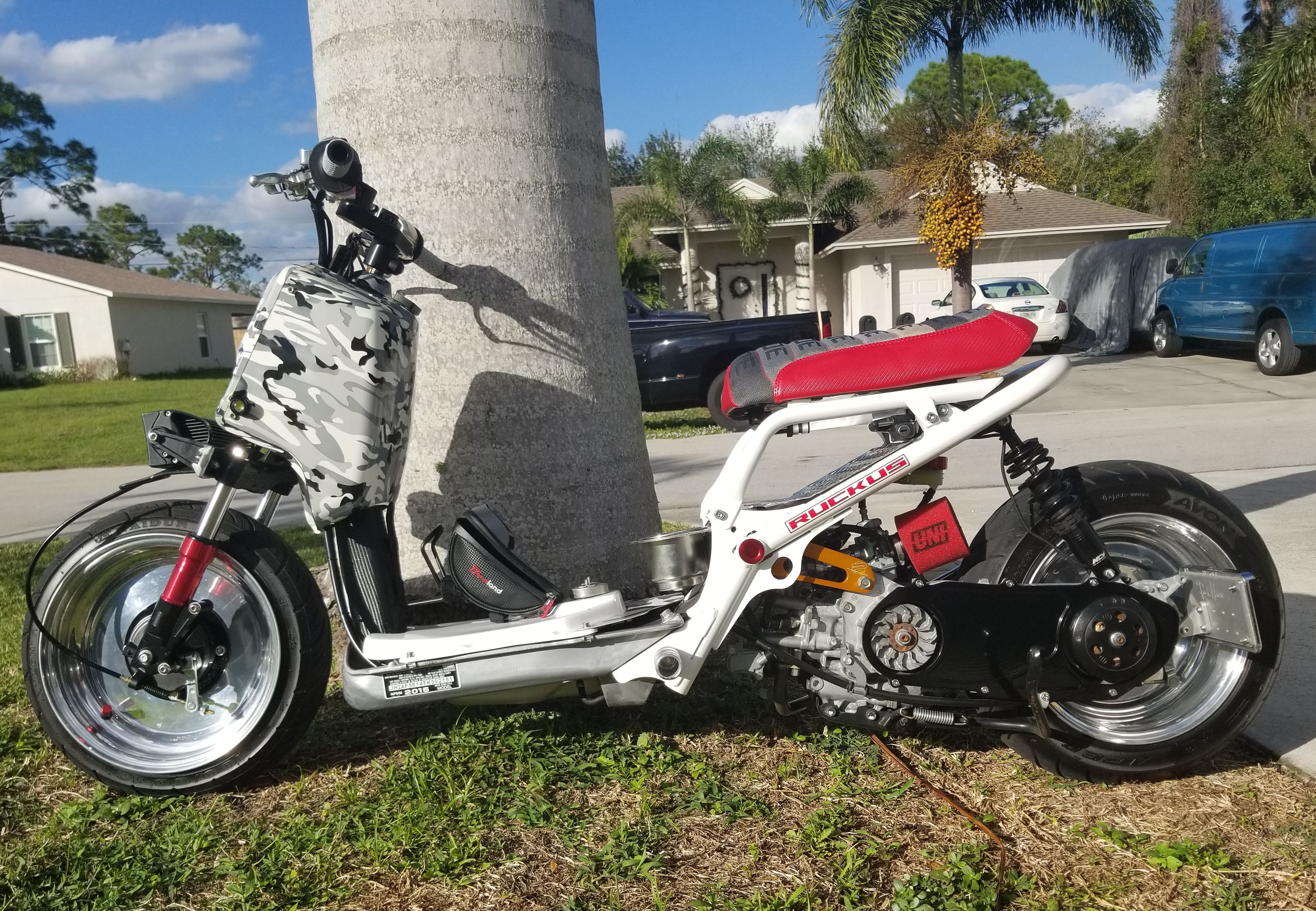 Joey S Honda Ruckus Looks Sweet And Those Palm Trees Are Making Me Think Of Sunny Weather He Went With A Bride Gradient Seat Honda Ruckus Honda Yamaha Scooter