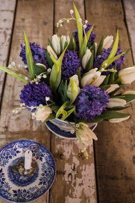 Λευκό ξύλινο σπίτι σπίτι: Λουλούδια