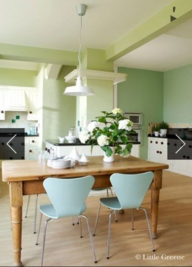 dcoration dune cuisine en nuances de verts claires pour la peinture murale tables chne clair chaise coque vert menthe