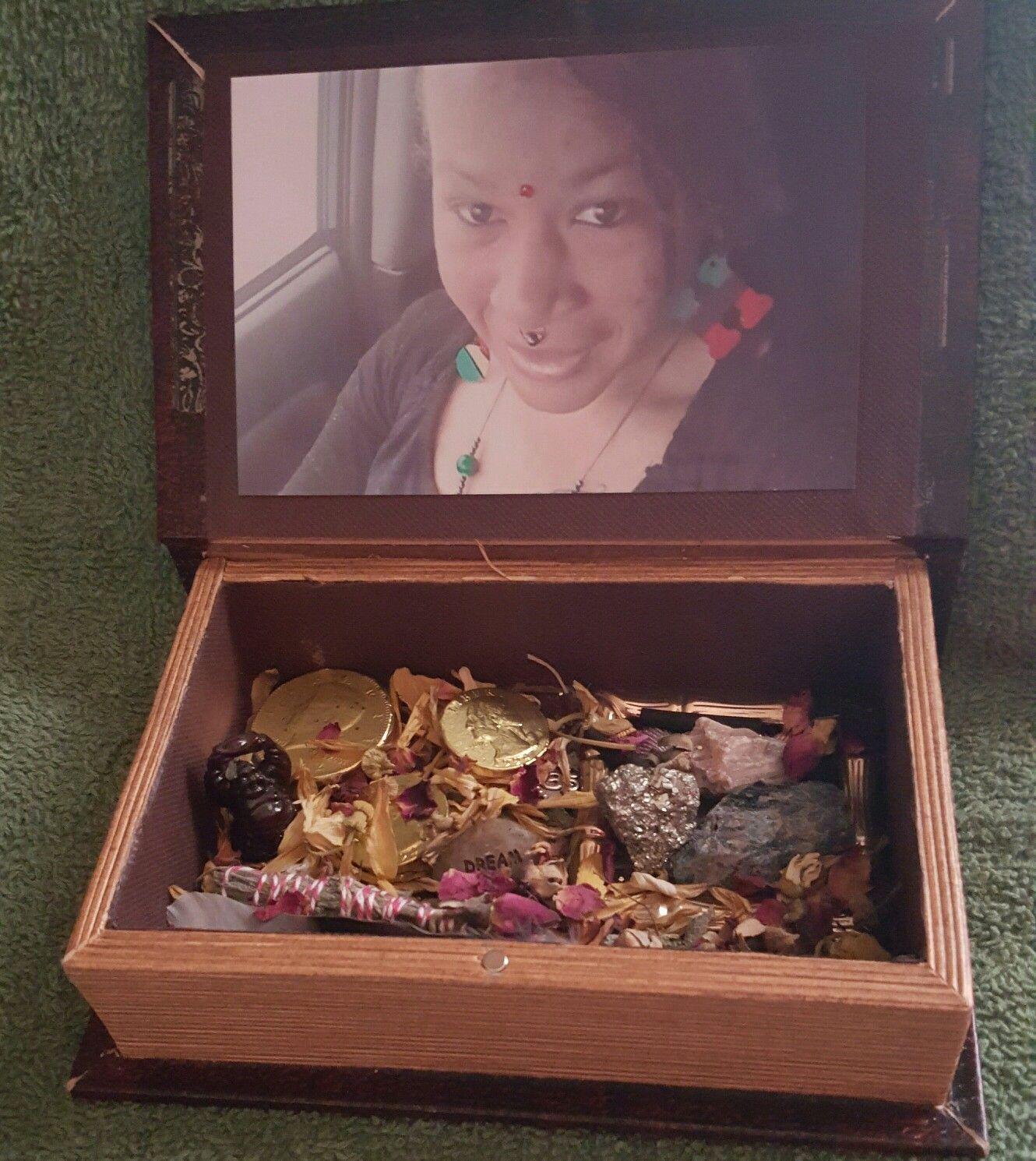 Ancestor box with the energy of prosperity and love spiritual