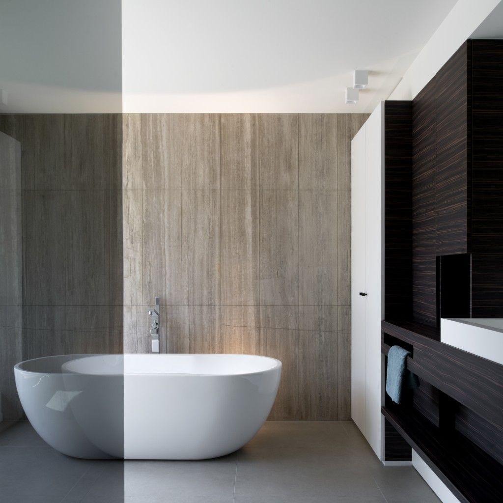 Deze combinatie van licht met donker doet de badkamer stralen ...