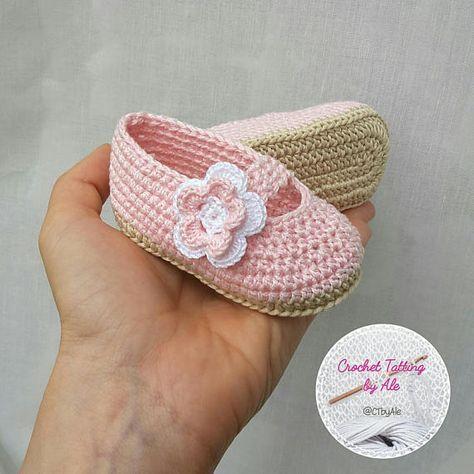 5883f4285 ¡Zapatillas para una princesita! Zapatos hechos en crochet crudo y algodón  rosa Decorado con un floret blanco y rosa. Talla 0-3 meses (aproximadamente  ...