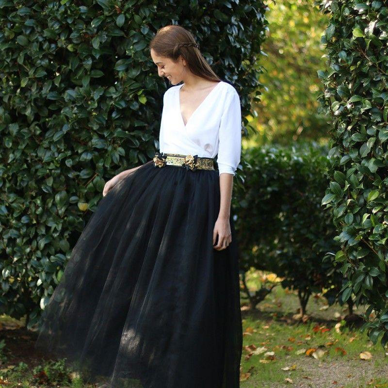 10020b4bb7 Falda Carrie Larga Negra con blusa romántica en color blanco y cinturón de  flores. Un look de invitada perfecta para boda 2016 confeccionado a mano en  ...