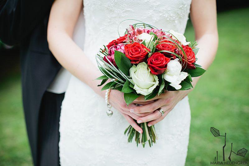 Morsiuskimppu punaisista ja valkoisista ruusuista / Cawell