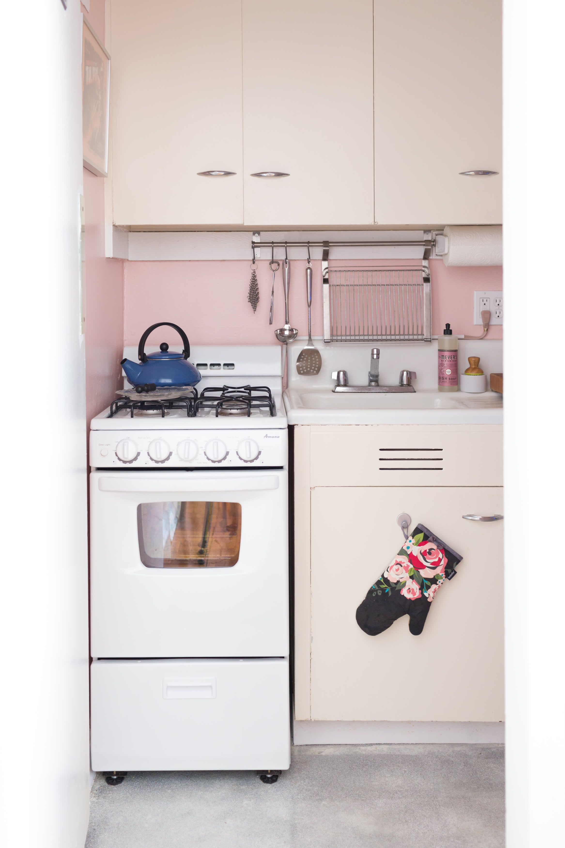 A Small Studio Has A Pink Kitchen With A Glitter Floor Pink Kitchen Kitchen Design Kitchen Design Small