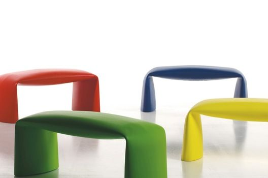 By the pool? In the lobby? Our cute Sidus bench impresses with form and function. By Softline Allkit.