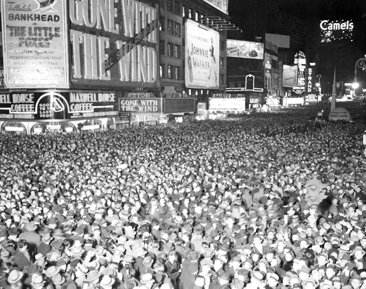 New Year S Eve 1940 Photos New Year S Eve Celebrations Through The Years New Year S Eve Times Square Times Square New Year S Eve Celebrations