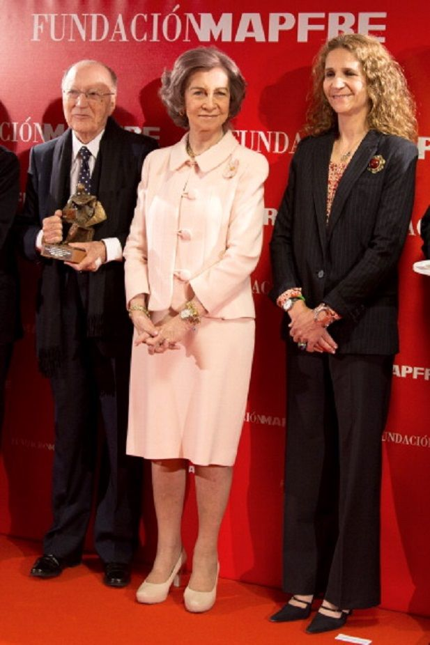20 May: Spanish Queen Sofia attends Mapfre Foundation Awards 2014 and meets her daughter Infanta Elena (R) who works at Mapfre Foundation in Madrid, Spain.