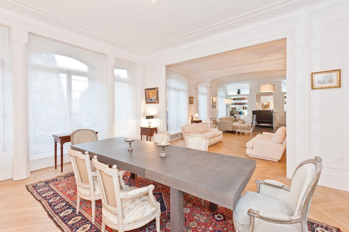 salle manger d 39 un appartement haussmannien la table diner est contemporaine agr ment e de. Black Bedroom Furniture Sets. Home Design Ideas