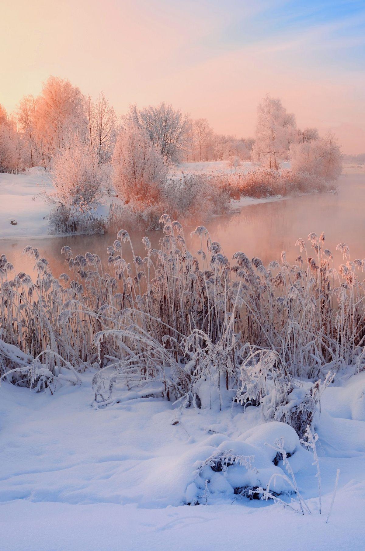 Fluss im Winter am Morgen