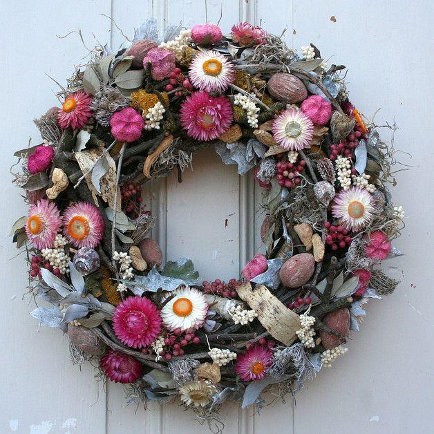 Traumhafter Türkranz Mit Strohblumen Ton In Der Kranz Wurde Liebevoller Handarbeit Von Unseren Floristen Gefertigt