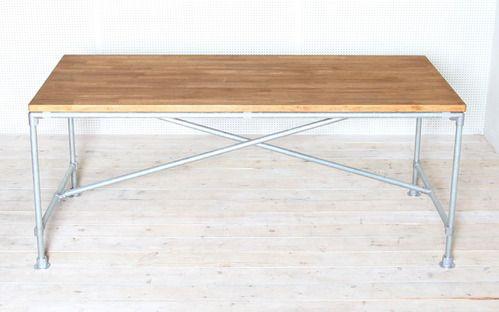 제품설명 - 고무나무 원목 30t와 백관 파이프 20A(27mm)로 제작된 파이프 테이블 입니다. - 상판은 인도네시아산 고무나무 집성목을 사용하였으며, 천연 오일과 천연 왁스로 마감되어 있습니다. - 백관 파이프는 아연 도금 처리되어 있어서 부식 없이 깔끔하게 사용이 가능합