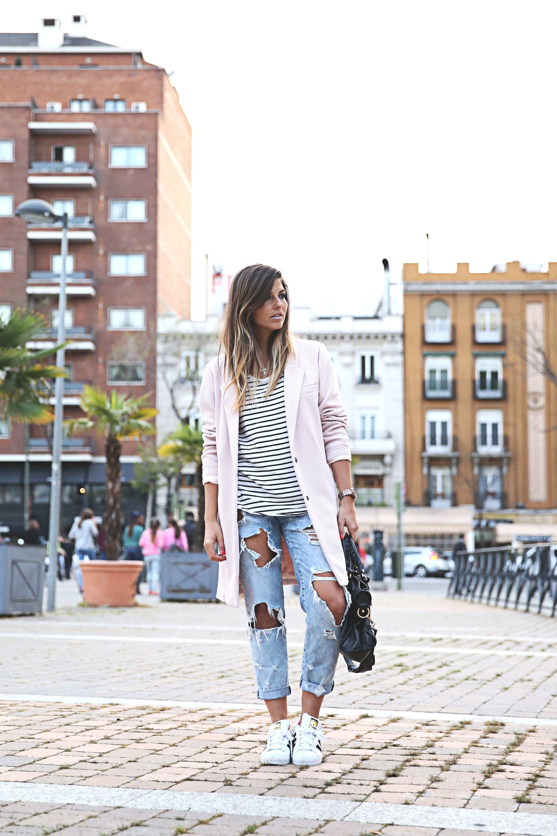 trendy-taste-look-outfit-street-style-sport-chic-camiseta -rayas-navy-marinero-boyfriend-ripped-jeans-vaqueros-rotos-adidas-superstar-4 529c481f21aa7
