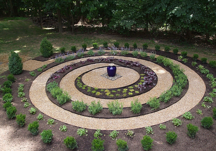 Low Growing Justin Brouwers Boxwood Is Used To Create The Outer Circle For This Spiral Labyrinth Design A Ser Labyrinth Garden Spiral Garden Labyrinth Design