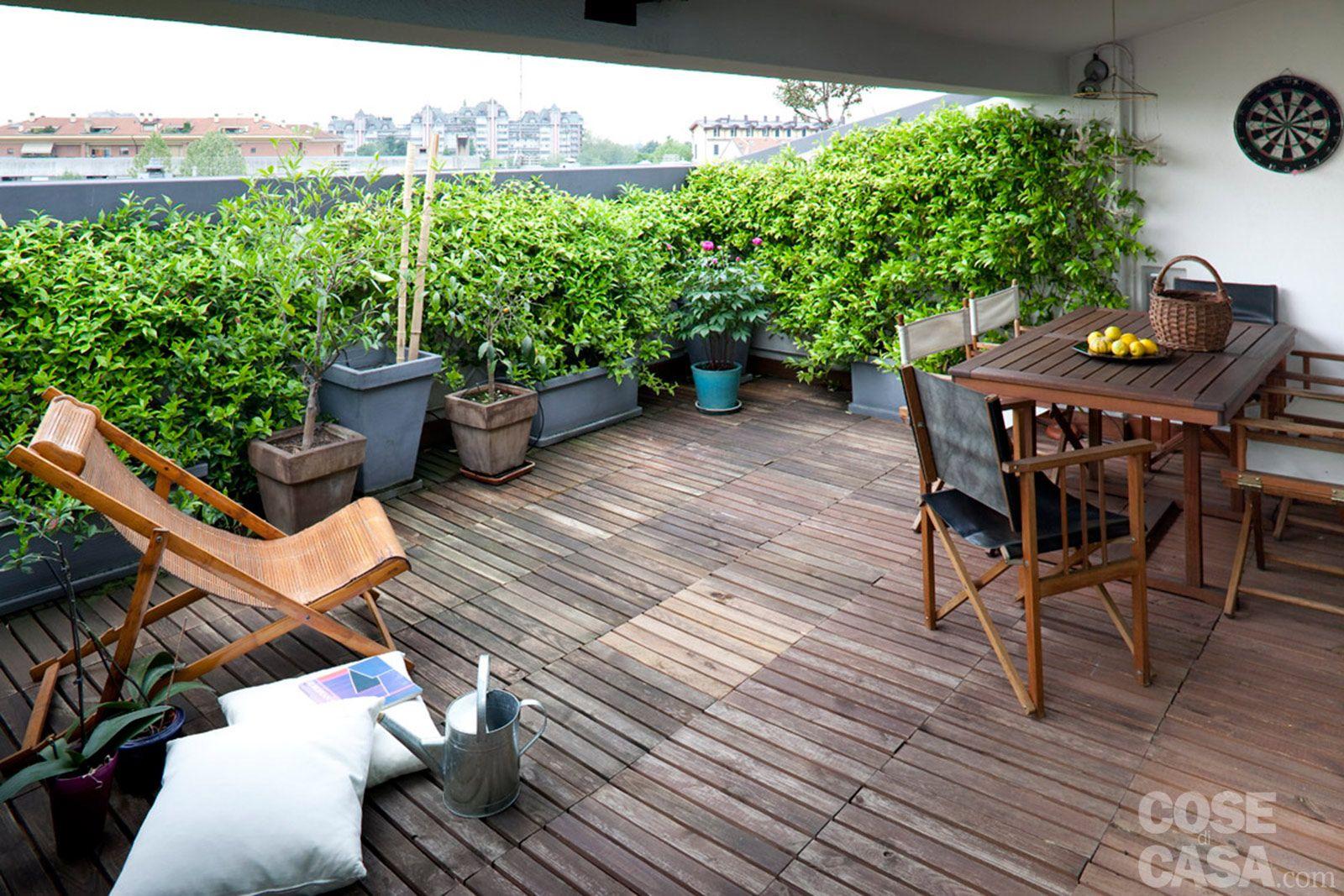 Il terrazzo, parzialmente coperto, si divide tra una zona pranzo ...