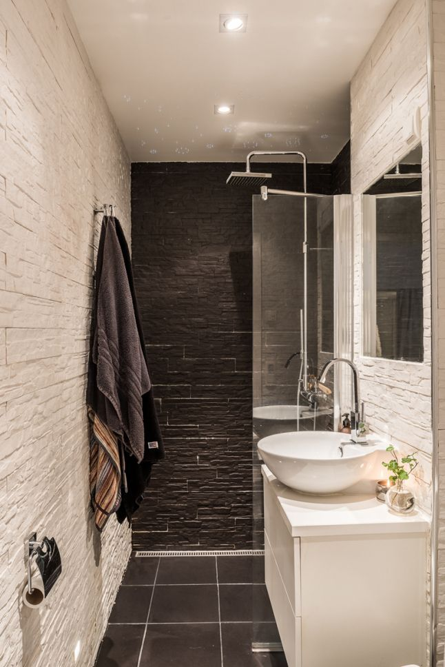 Une douche à l\'italienne avec un parement en pierre aux murs ...