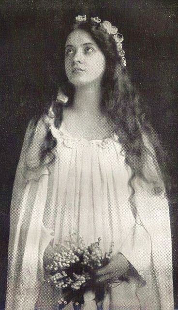 Maude Fealy as Ophelia.