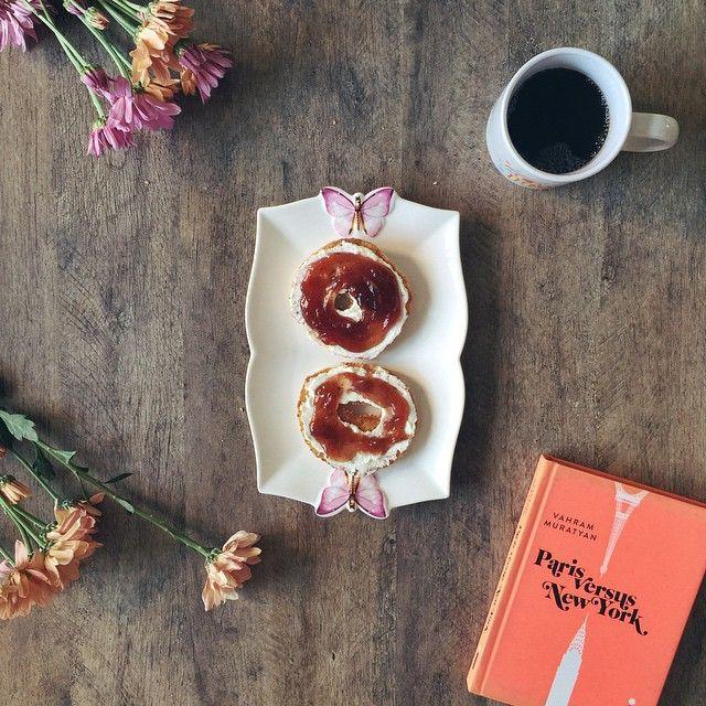 cafezin da tarde e a #TorradadoDia  enquanto tô aqui viajando e pensando: Paris ou NY? (PS: o prato lindinho é da @contudodecor )