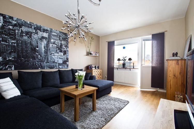 Fa bútorok, kellemes, semleges falszínek, tapéta, tágas konyha ...
