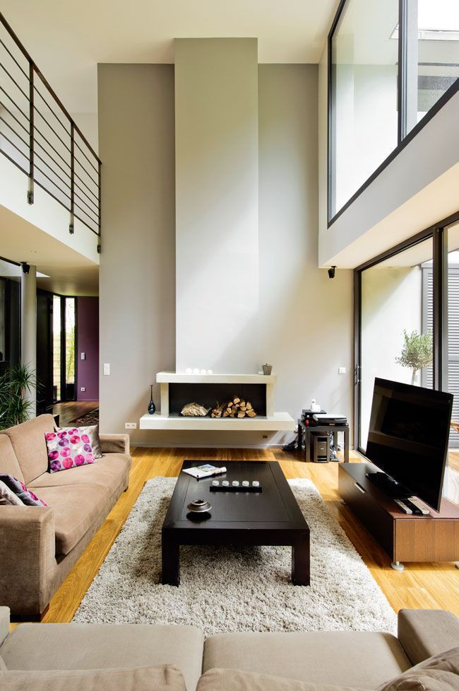 Un salon chaleureux avec cheminée décorative   Maison ...