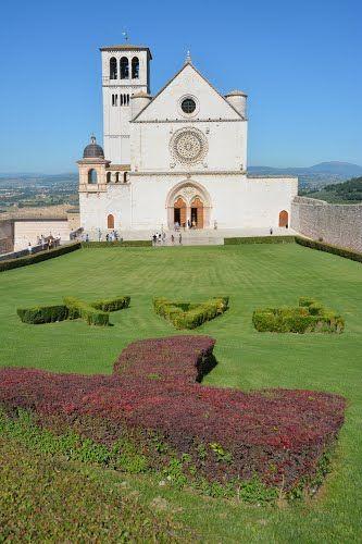 Assisi. Piazza Superiore di S. Francesco e Basilica Superiore (18.08.2014)