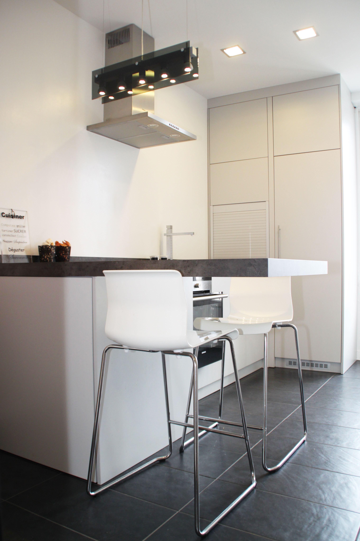 cuisine blanche sans poign e avec ouverture par push lash. Black Bedroom Furniture Sets. Home Design Ideas