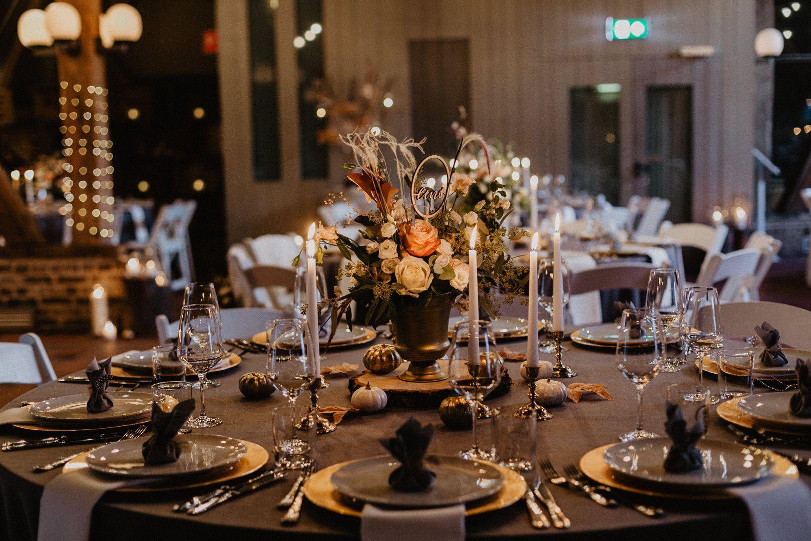 Hatte Man Ja Nicht Gedacht Dass Eine Scheunenhochzeit Gleichzeitig So Elegant Und Relaxt Sein Konnte D Scheunen Hochzeit Hochzeitsarten Herbstliche Tischdeko