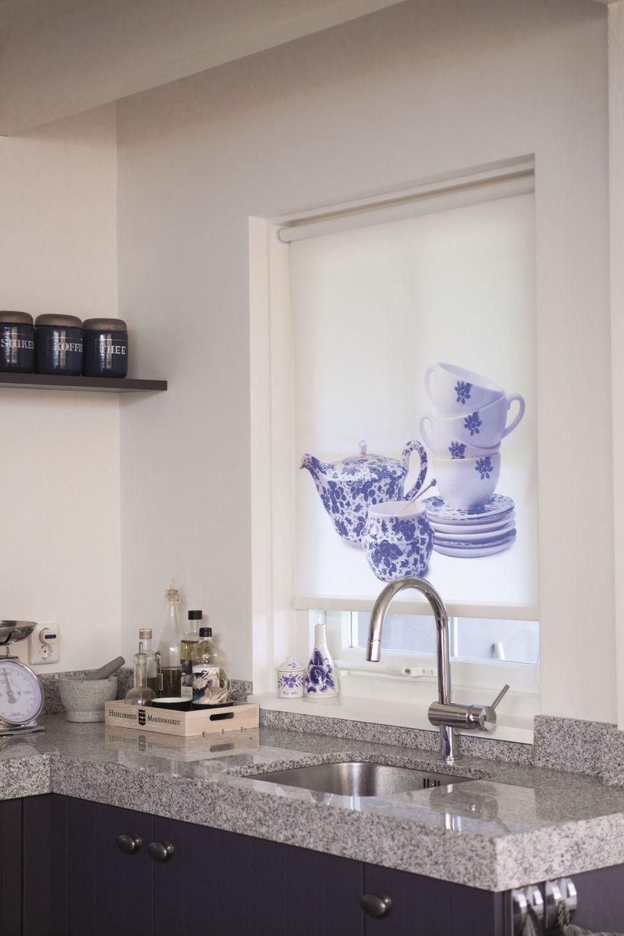 Blue and white rolgordijn met passende print voor in de keuken