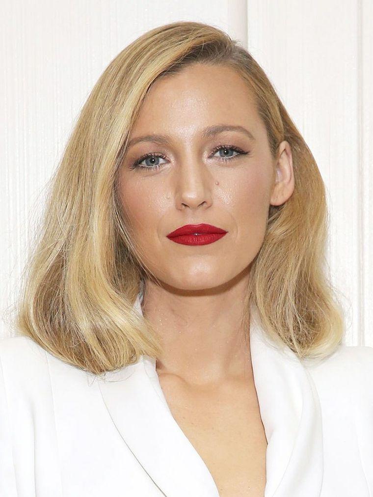 L attrice Blake Lively con capelli biondi 4bf70457b825