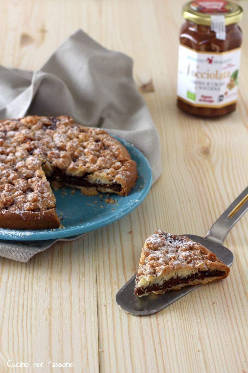 Con la pasta frolla non si fanno solo biscotti e crostate ma anche delle meravigliose torte una fra queste è la Sbriciolata al cioccolato