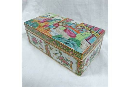 19TH CENTURY CHINESE FAMILLE ROSE OBLONG BOX WITH SECTIONED INTERIOR - 19CM LONG