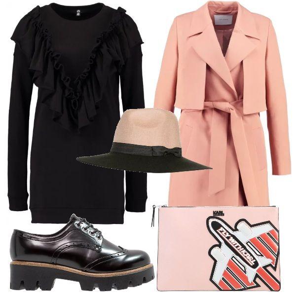Con questo outfit ti sentirai una cittadina della grande mela. Mini abito in cotone, con ruches a V sul petto. Trench rosa, abbinato al cappello panama arricchito da fiocco laterale. Scarpa stringata nera e pochette con stampa.