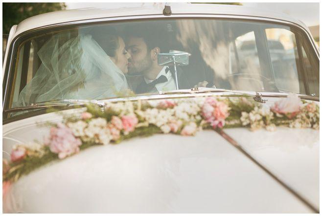 Brautpaarfoto Im Hochzeitsauto Bei Vintage Hochzeit In Berlin
