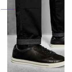 #organichaircare - Die Teenchi Chino ist ein klassisches Must-have für den Mann von Welt. Dieses Modell aus Stretch-Baumwolle wirkt dank der schmal zulaufenden Passform und einem Futter mit geometrischem Print am Knöchel besonders aktuell und stylish. - Ted Baker Herrenkollektion - Stretch-Baumwolle - Schmal zulaufende Passform - Knopf- und Reißverschluss vorne - Ted Baker-Logo - Gürtelschlaufen - Zwei Eingriffs- und Gesäßtaschen - Detail mit Geoprint an der Tasche - Schlagen Sie die Bündc...