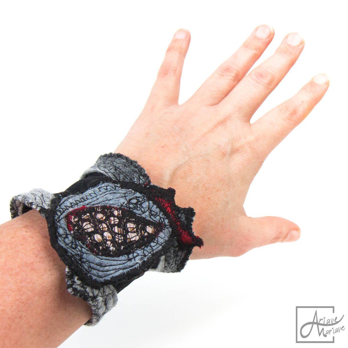 Bracelet femme en noir, gris et un motif à pois. Bijou fantaisie feutre art textile. Bijou élastique en maille, feutre nuno et broderie. Ariane Mariane - art textile / Paris