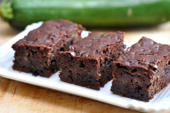 Glutenfreie Brownies mit Zucchini  Wir backen die Low Carb Variante der saftigen Schokoladen-Brownies mit Zucchini und ohne Mehl - besonders kalorienarm, glutenfrei und unglaublich lecker!  Hier geht's zu unserem Rezept.