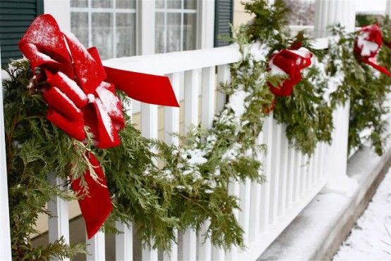 17 Cool Christmas Balcony Décor Ideas Digsdigs Decoracion Navideña Balcones Como Decorar Un Balcon Ideas De Decoración De Navidad