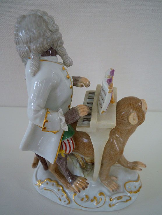 "Neuwertige  MEISSEN Porzellan-Figur der Affenkapelle  ""Klavierspieler""         Entwurf:  Joachim Kaendler um 1765  Form-Nummer: 60020"