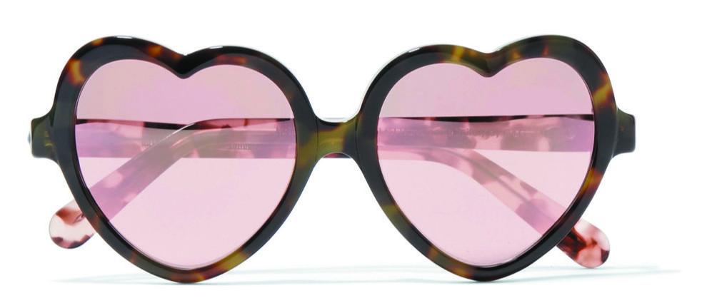 Les lunettes de soleil en forme de cœur Love Bit de Cutler and Gross  illustrent parfaitement 95a4c5286779