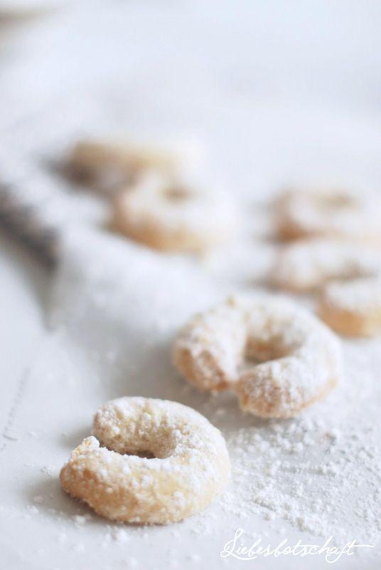 vanilla almond crescent cookies