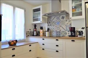 Cuisine cottage blanc cass bois cr dence en carreaux de Cuisine blanc casse