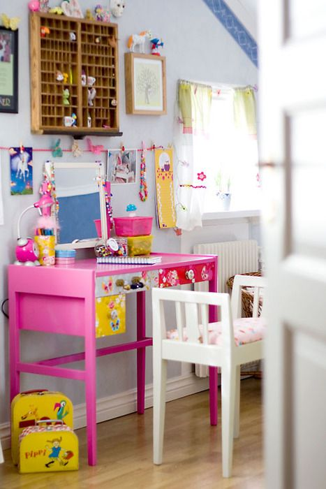 pink desk! this is so cute.