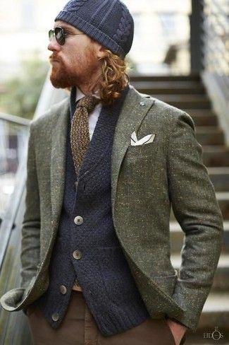 olivgrünes Wollsakko, dunkelblaue Strick Strickjacke, weißes Langarmhemd, braune Chinohose für Herren #howtowear