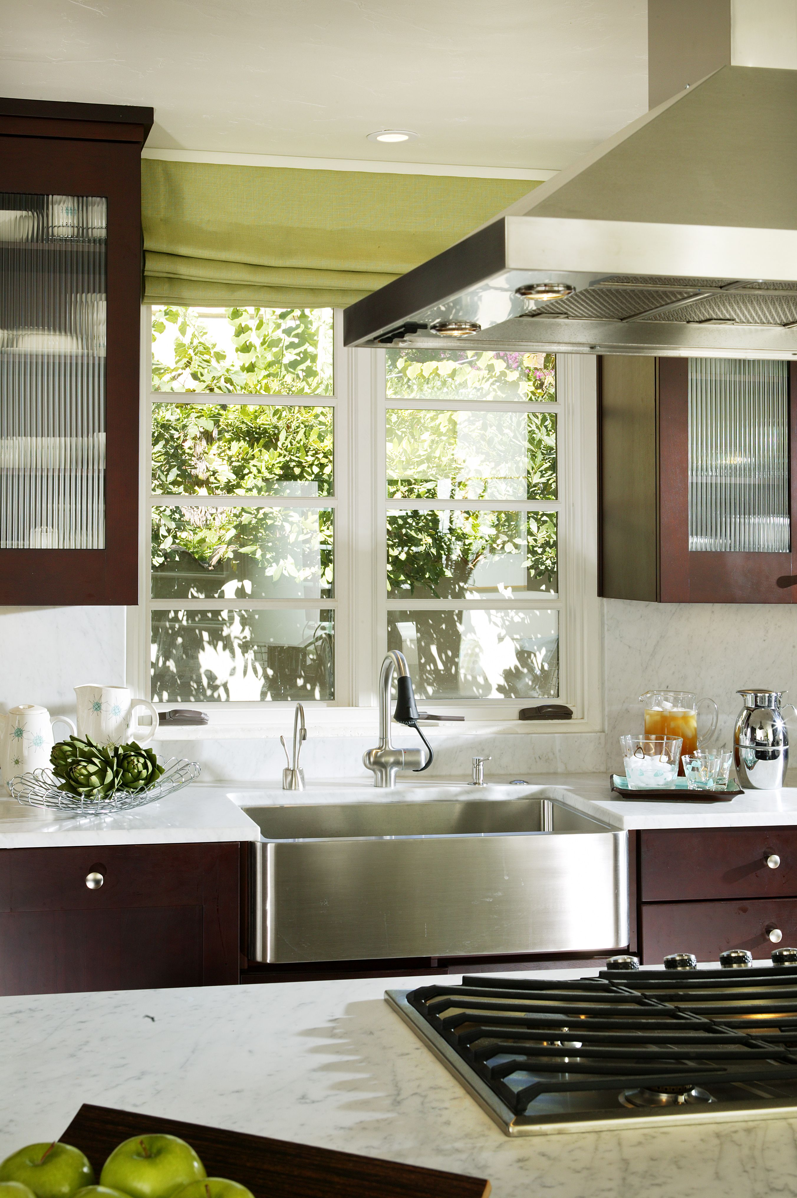 Beautiful stainless steel farmhouse sink. Cuisine