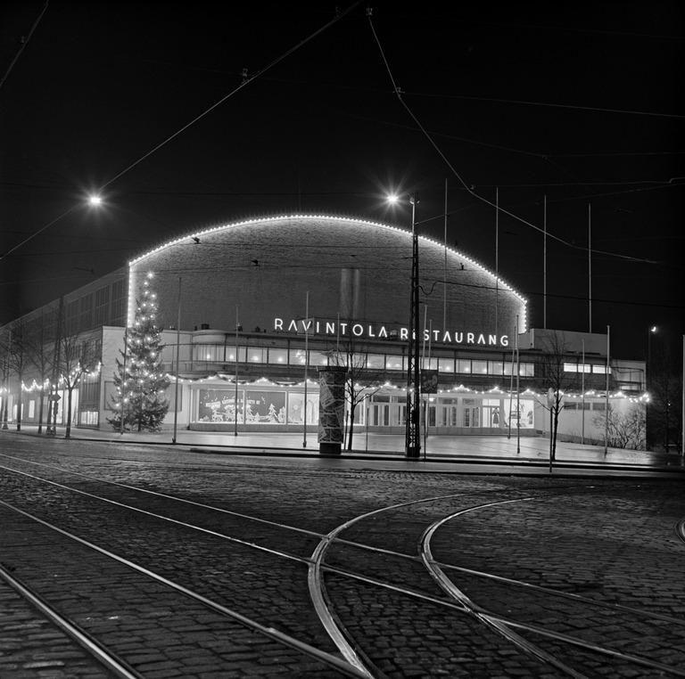Messuhalli, Mannerheimintie 17, iltavalaistuksessa joulun aikaan. Börje Dilén 1953. Helsingin kaupunginmuseo.