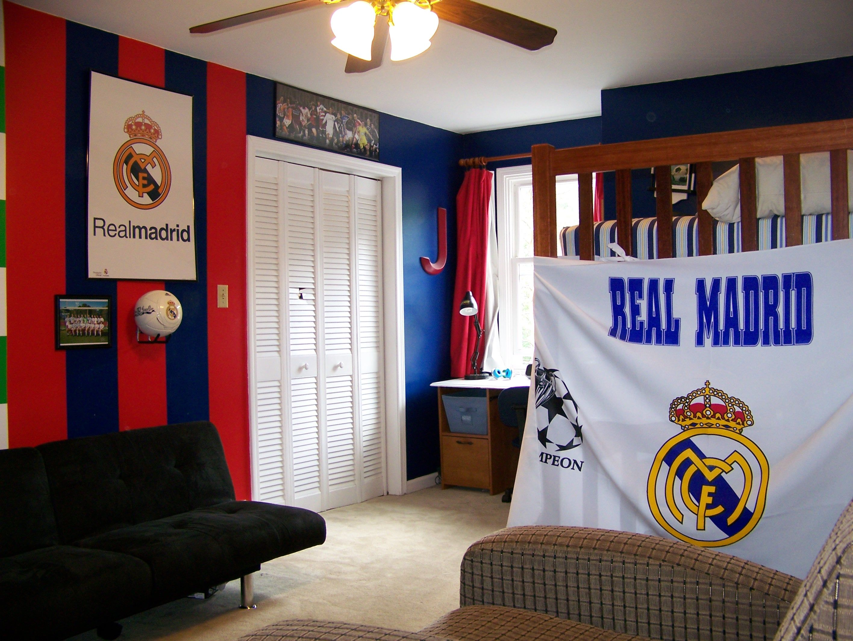 Real madrid colors painted and decorated in jake 39 s bedroom for Man u bedroom stuff