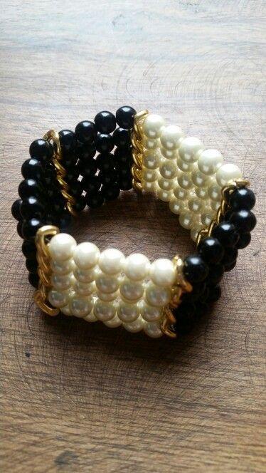 Hermosa pulsera elaborada en cadenas y perlas color crema y negra #Accesorios#pulsera.  #cadena#elegante #perla. $24.950