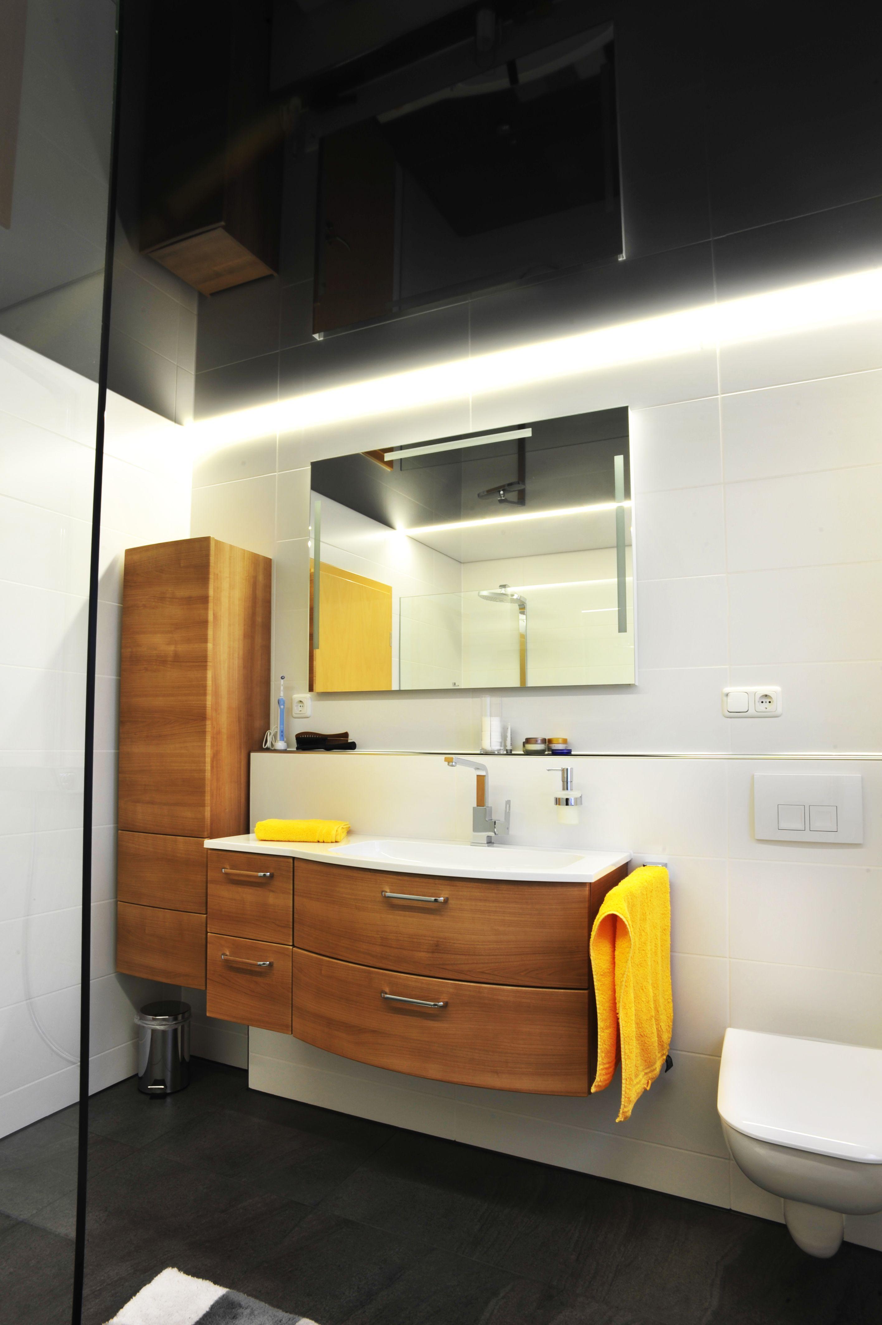 Warum Eine Spanndecke Im Bad Keine Tropfchenbildung Passt Sich Jeder Luftfeuchtigkeit Perfekt An Schnelle Und Saubere Mont Spanndecken Bad Badezimmer