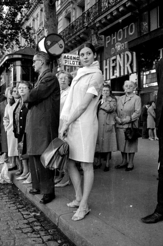Русская балерина Соня Петровна в ожидании автобуса (1966 г ...
